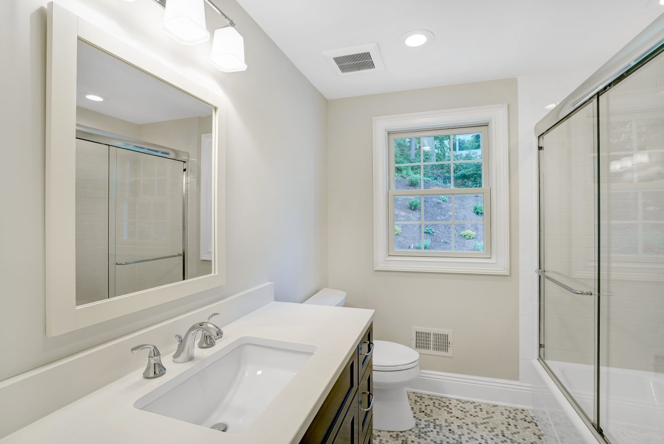 14 – 18 Glendale Road – Beautiful Full Bath