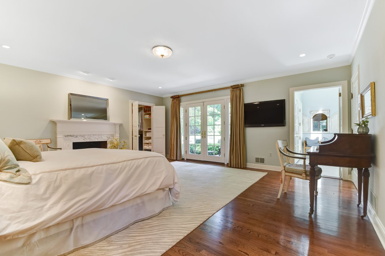 15 – 15 Maryknoll Drive – Luxurious Master Bedroom Suite