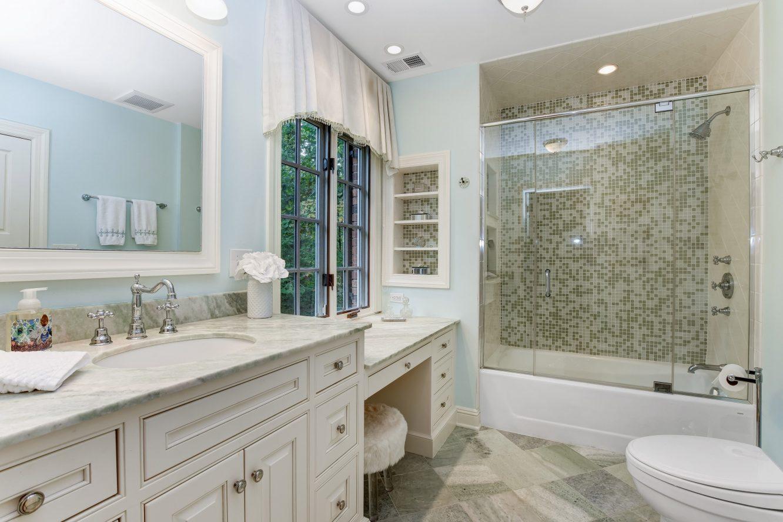 19 – 15 Maryknoll Drive – Bedroom 2 En Suite Bath