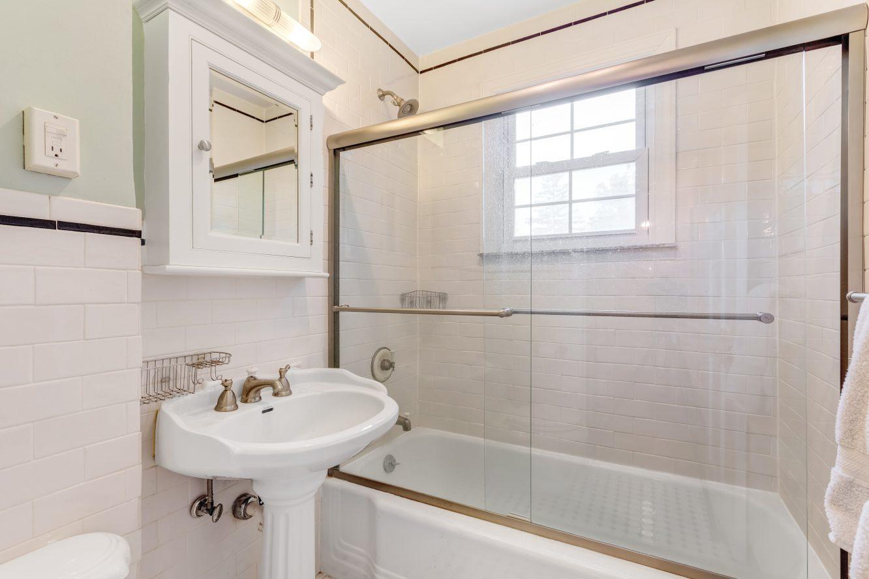 20 – 80 Linden Street – Hall Bath