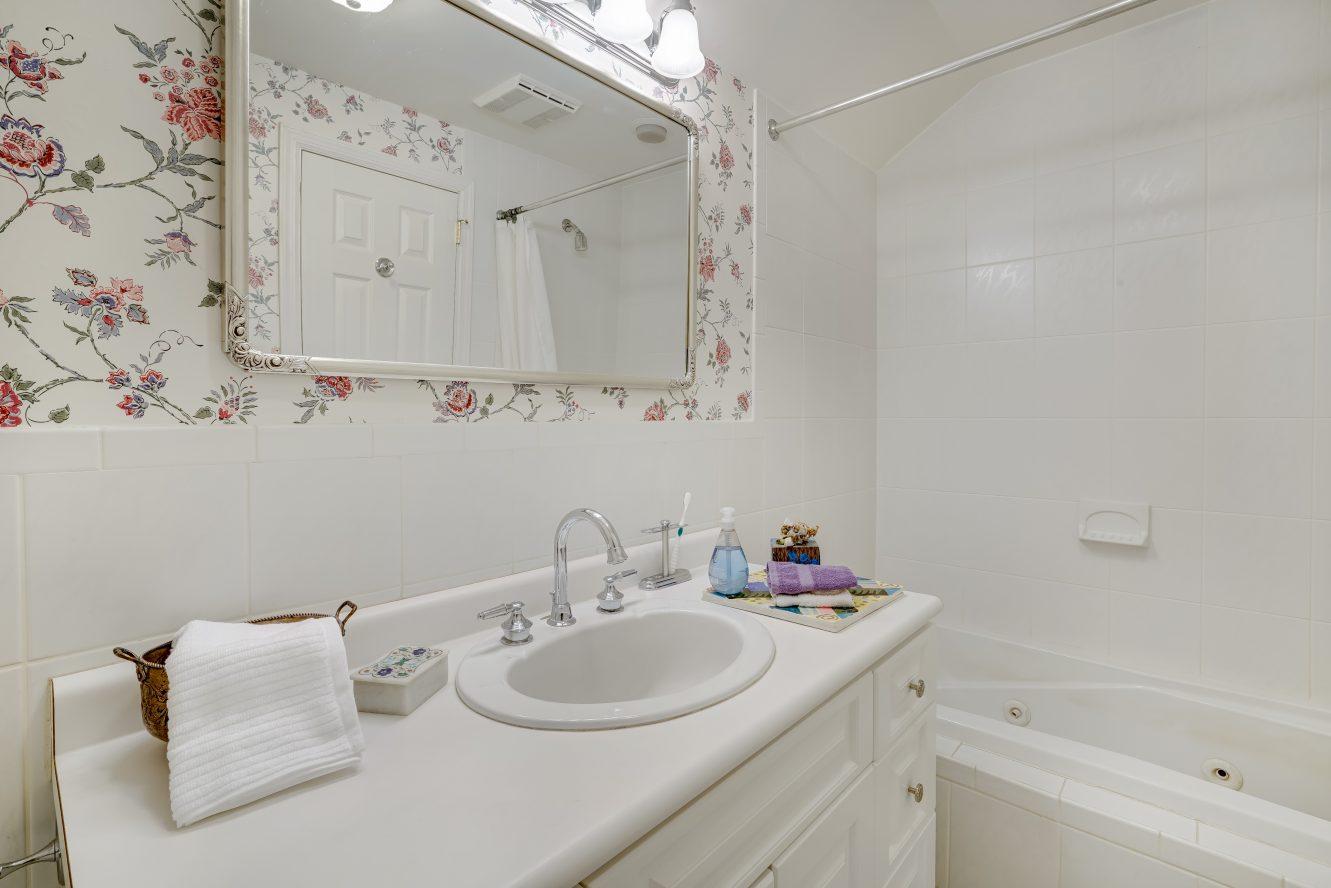 22 – 41 Hilltop Road – Hall Bath