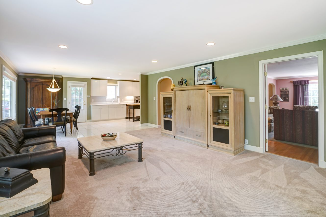9 – 41 Hilltop Road – Family Room open to Eat-in Kitchen
