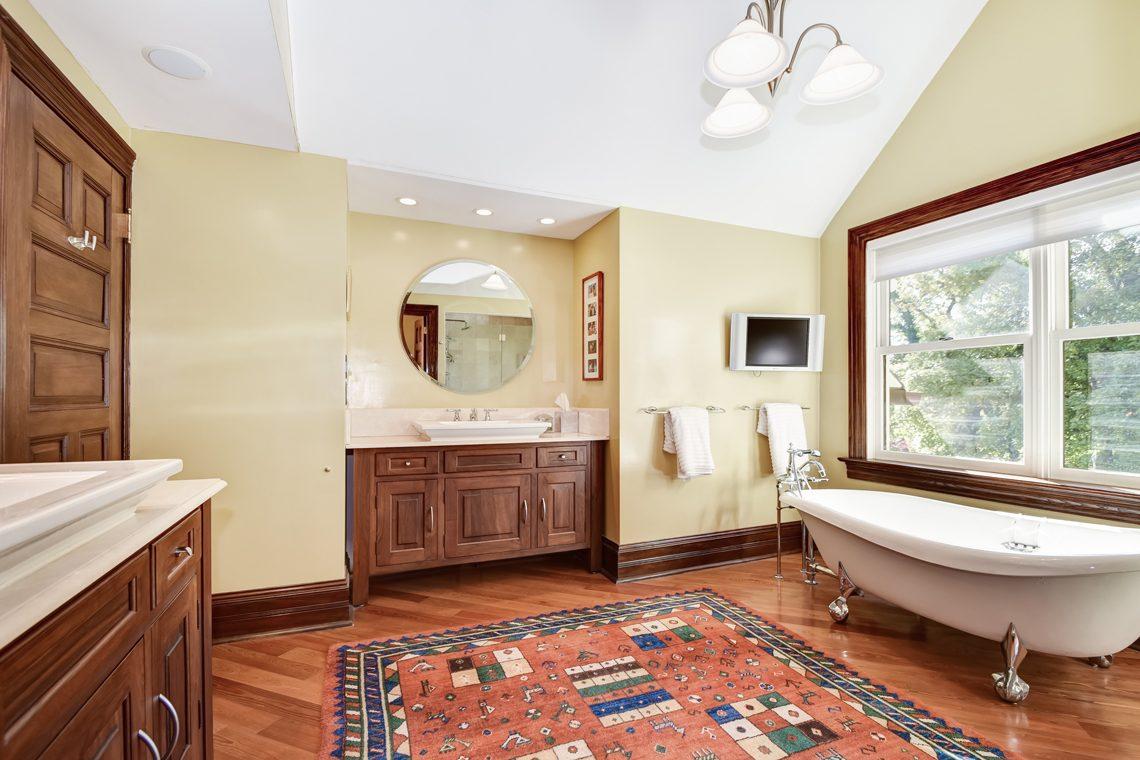 17 – 39 Knollwood Road – Spa-like Master Bath