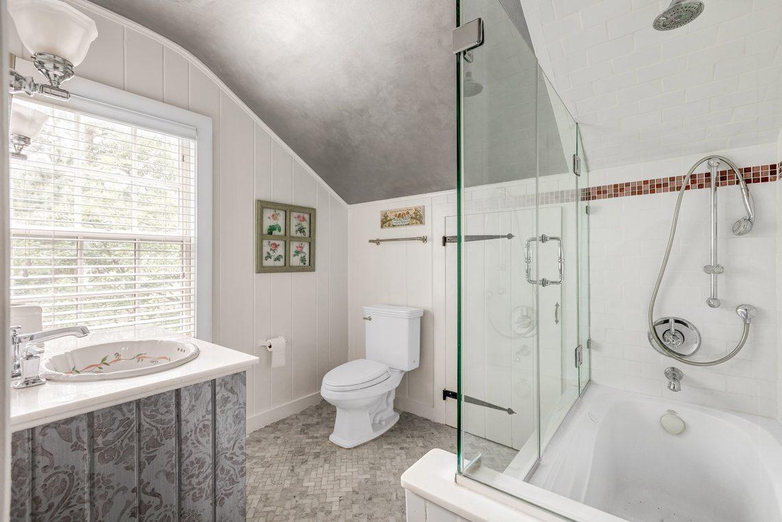 18 – 2 E Beechcroft Road – Bedroom 2 En Suite Bath