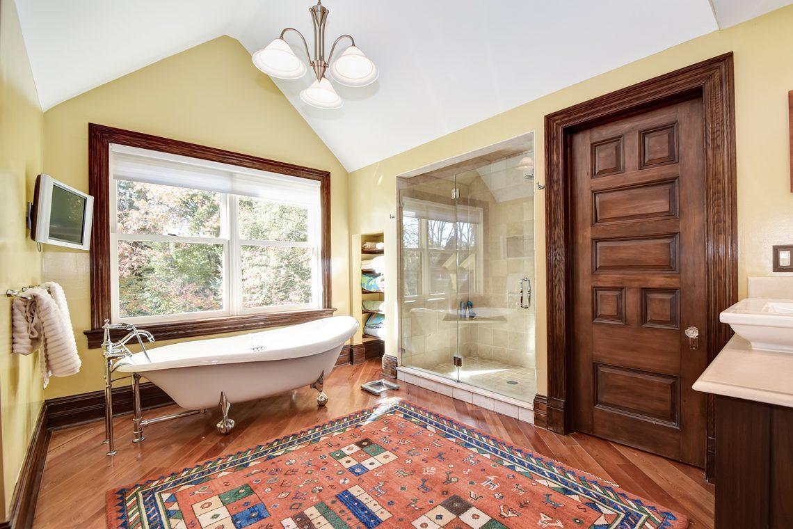 18 – 39 Knollwood Road – Spa-like Master Bath