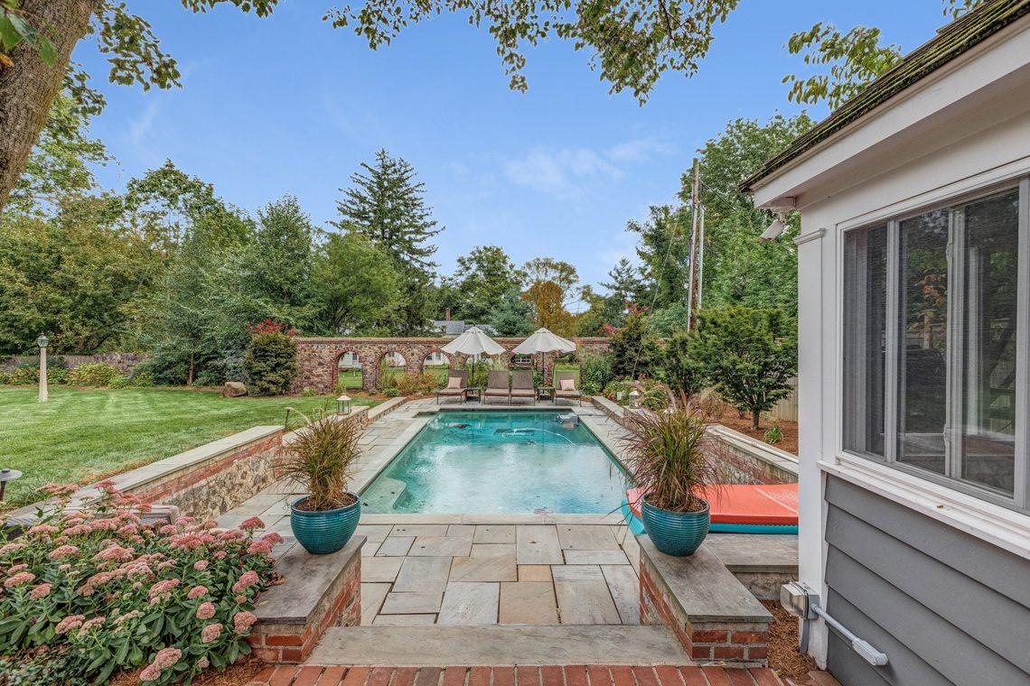 21 – 2 E Beechcroft Road – Stunning Pool & Backyard