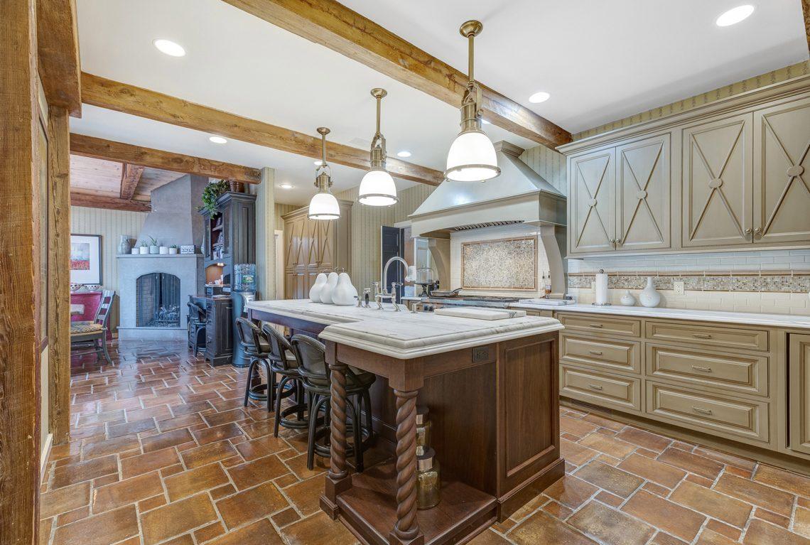 8 – 2 E Beechcroft Road – Gorgeous Kitchen