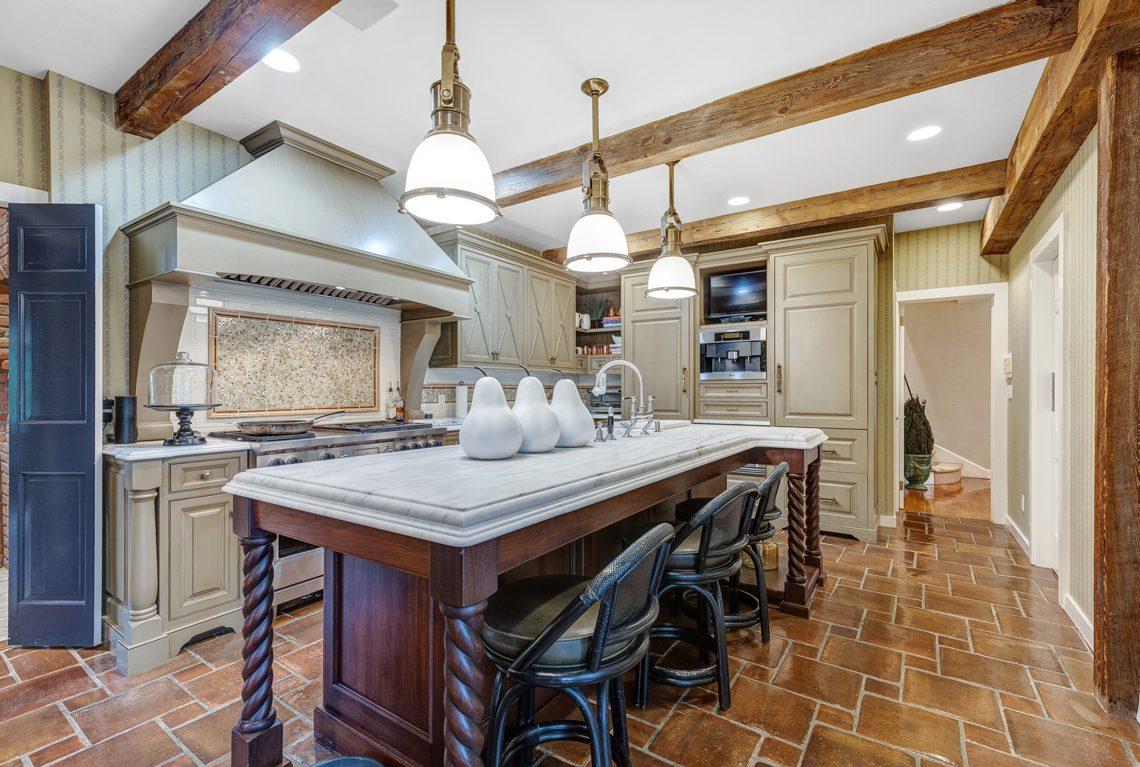 9- 2 E Beechcroft Road – Gorgeous Kitchen