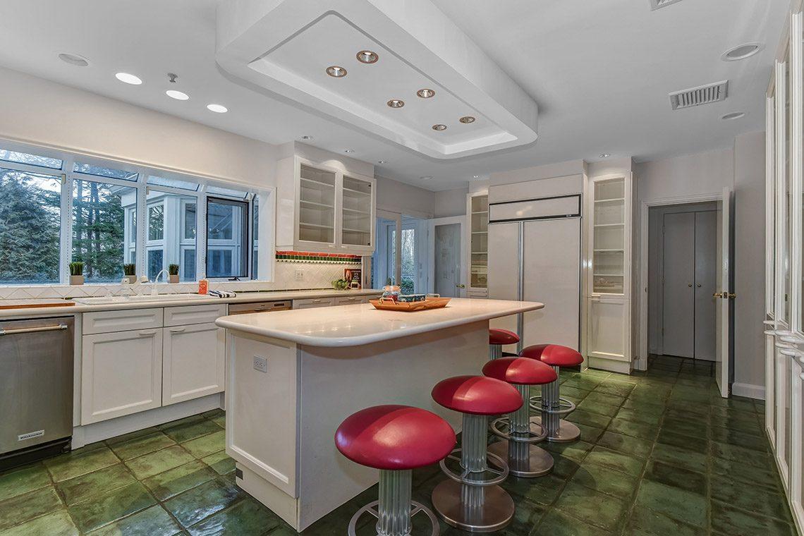 10 – 150 Hartshorn Drive – Gourmet Eat-in Kitchen