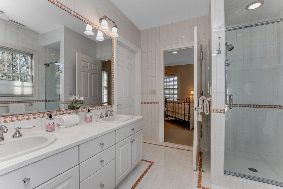 12 – 26 Woodcrest Avenue – Jack & Jill Bath between Bedrooms 2 and 3
