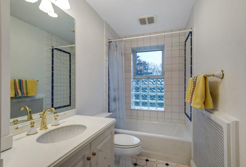 19 – 18 Chestnut Place – Bedroom 3 En Suite Bath