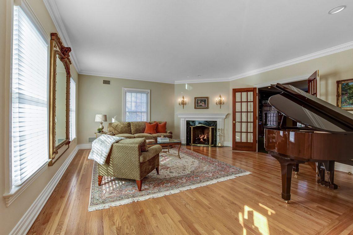 3 – 26 Woodcrest Avenue – Living Room