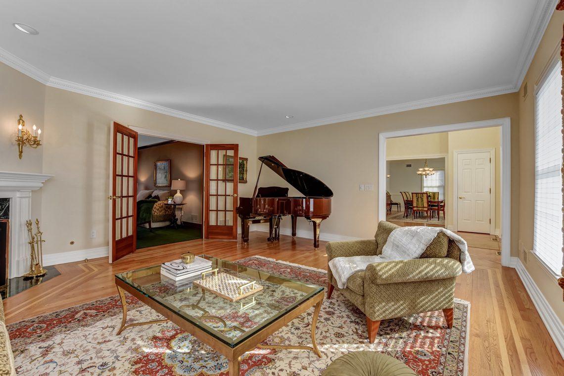 4 – 26 Woodcrest Avenue – Living Room