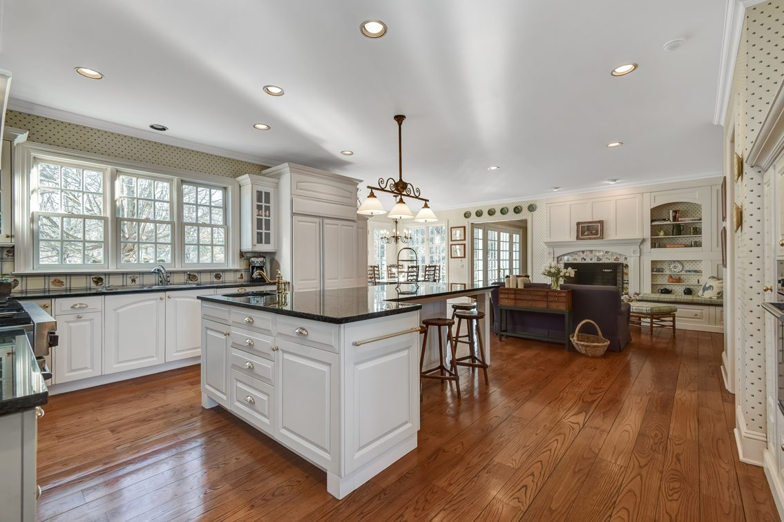 6 – 2 Holly Hill Lane – Gourmet Eat-in Kitchen
