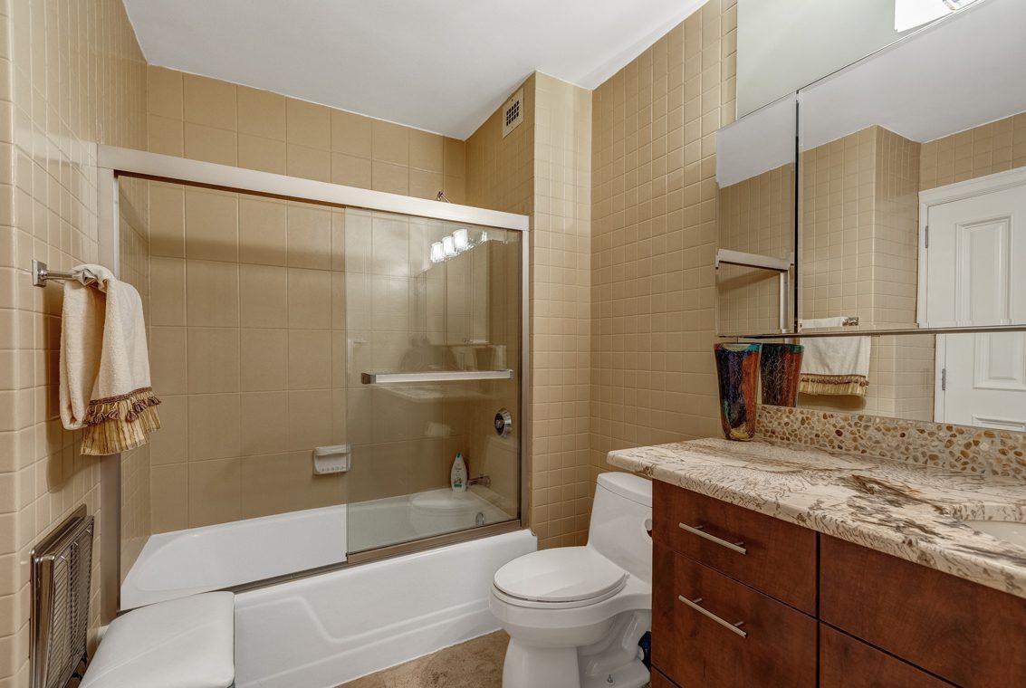 22 – 1 Claridge Drive – En Suite Bath