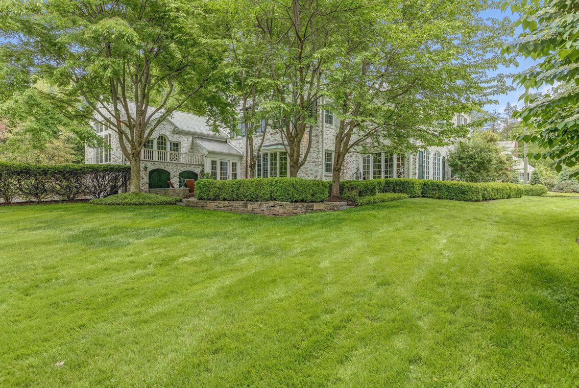 25 – 11 Lake Road – Stunning Property