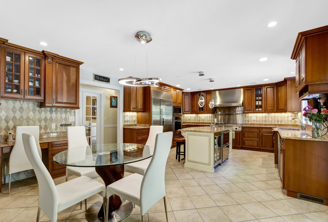 12 – 48 Holly Drive – Gourmet Eat-in Kitchen