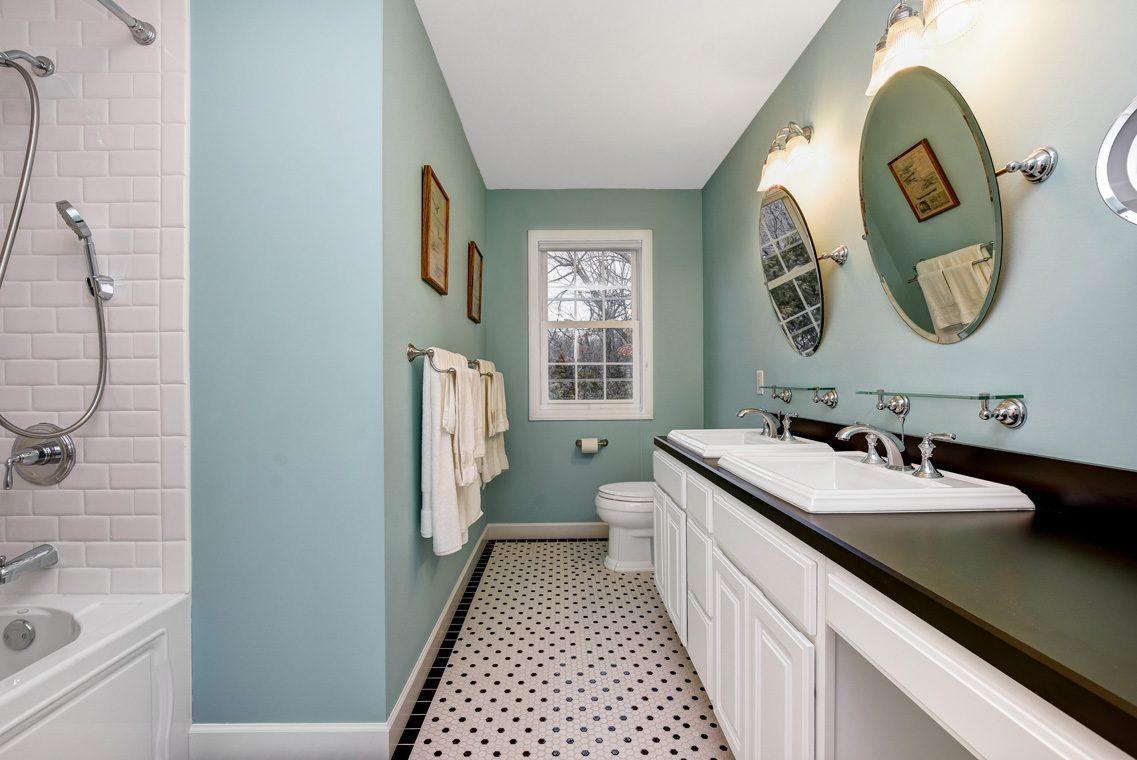 20 – 10 Eliot Place – Full Bath