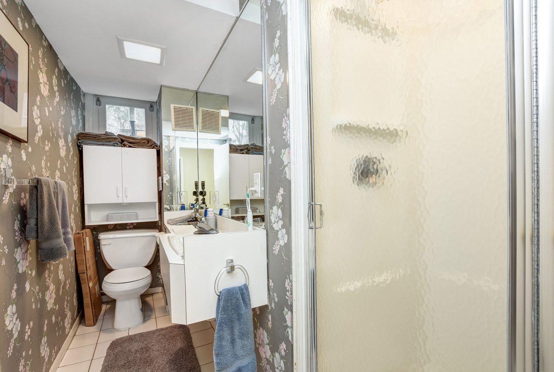24 – 10 Eliot Place – Lower Level Bath