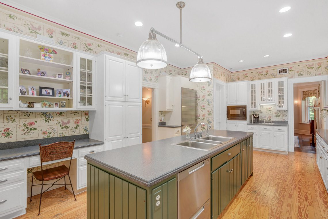 8 – 118 Forest Drive – Gourmet Eat-in Kitchen