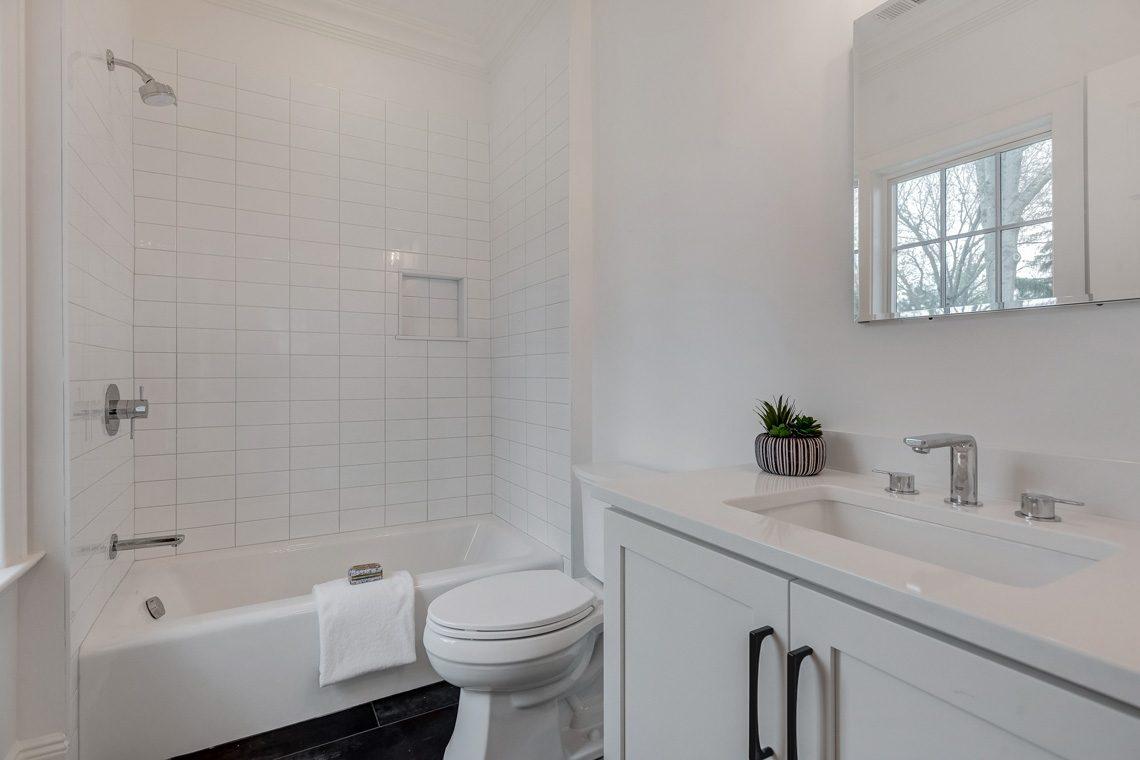 18 – 16 Sheridan Drive – En Suite Full Bath