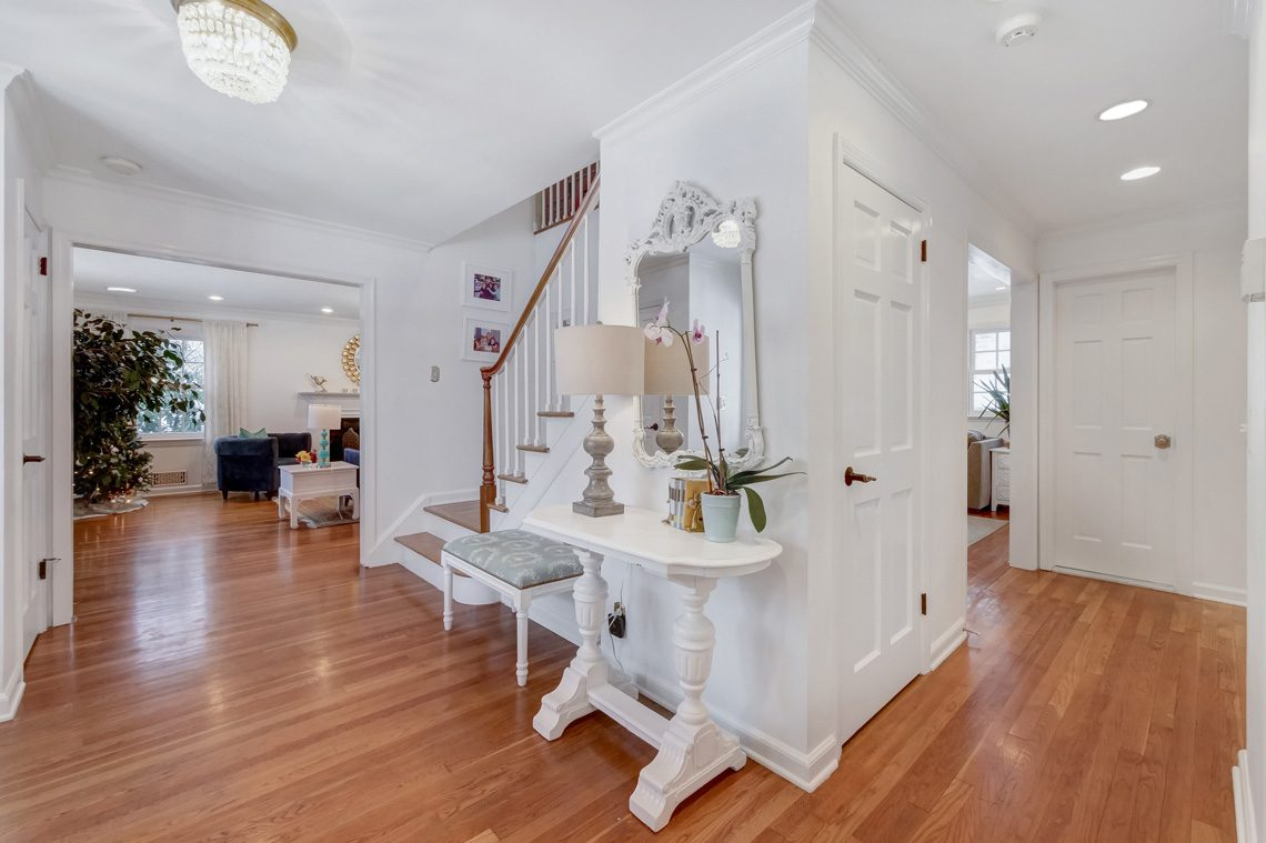 3 – 29 Byron Road – Foyer Facing Living Room