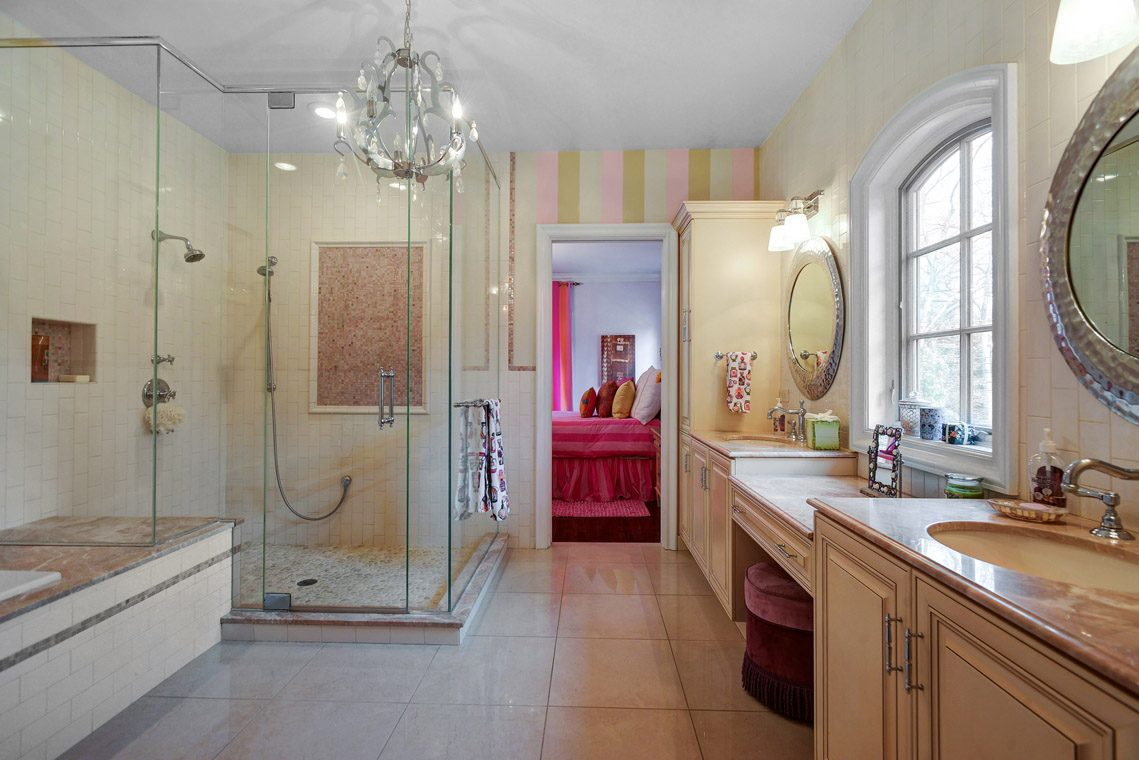 19 – 35 Lakeview Avenue – Beautiful Full Bath