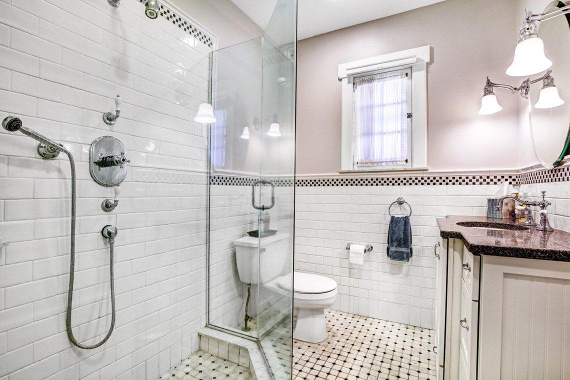 16 – 136 Hobart Avenue – Hall Bath