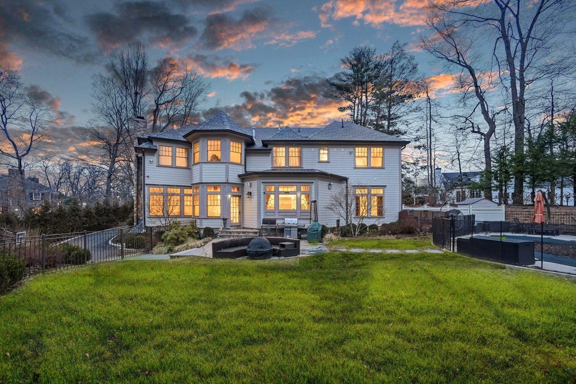 25 – 7 W Beechcroft Road – Stunning Backyard