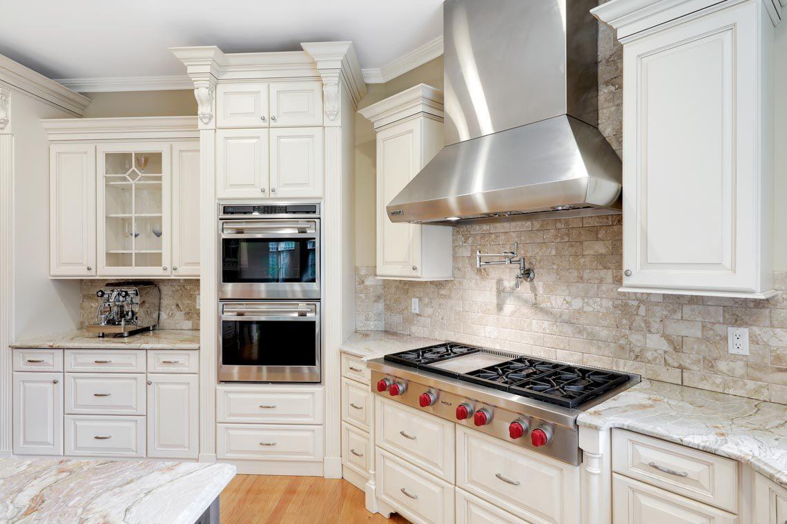 8 – 7 W Beechcroft Road – Gourmet Eat-in Kitchen