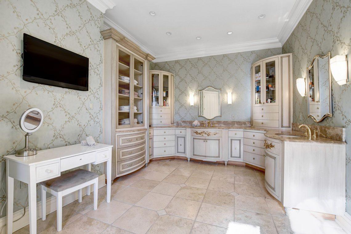 16 – 275 Hobart Avenue – Master Bath