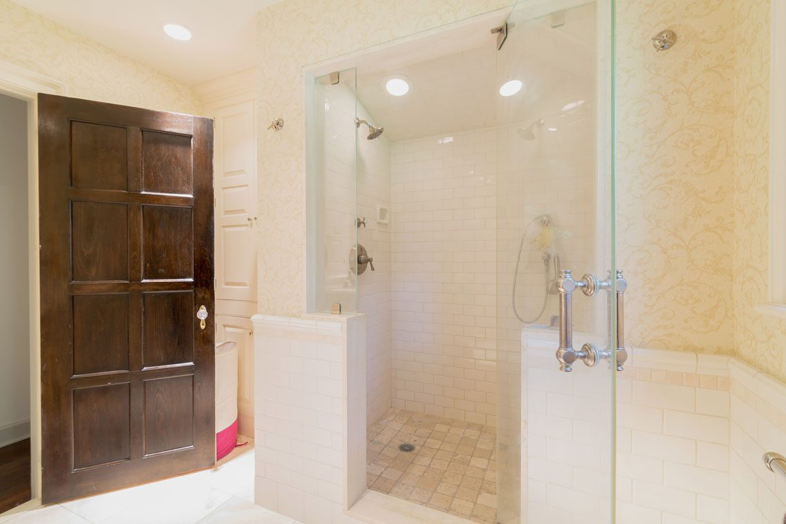 18 – 30 Delwick Lane – Full Bath