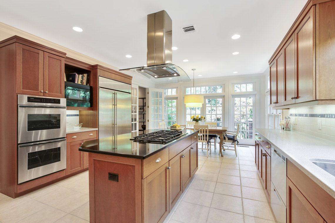 10 – 130 Fairfield Drive – Gourmet Eat-in Kitchen