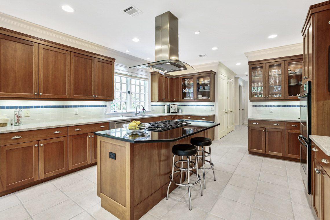11 – 130 Fairfield Drive – Gourmet Eat-in Kitchen