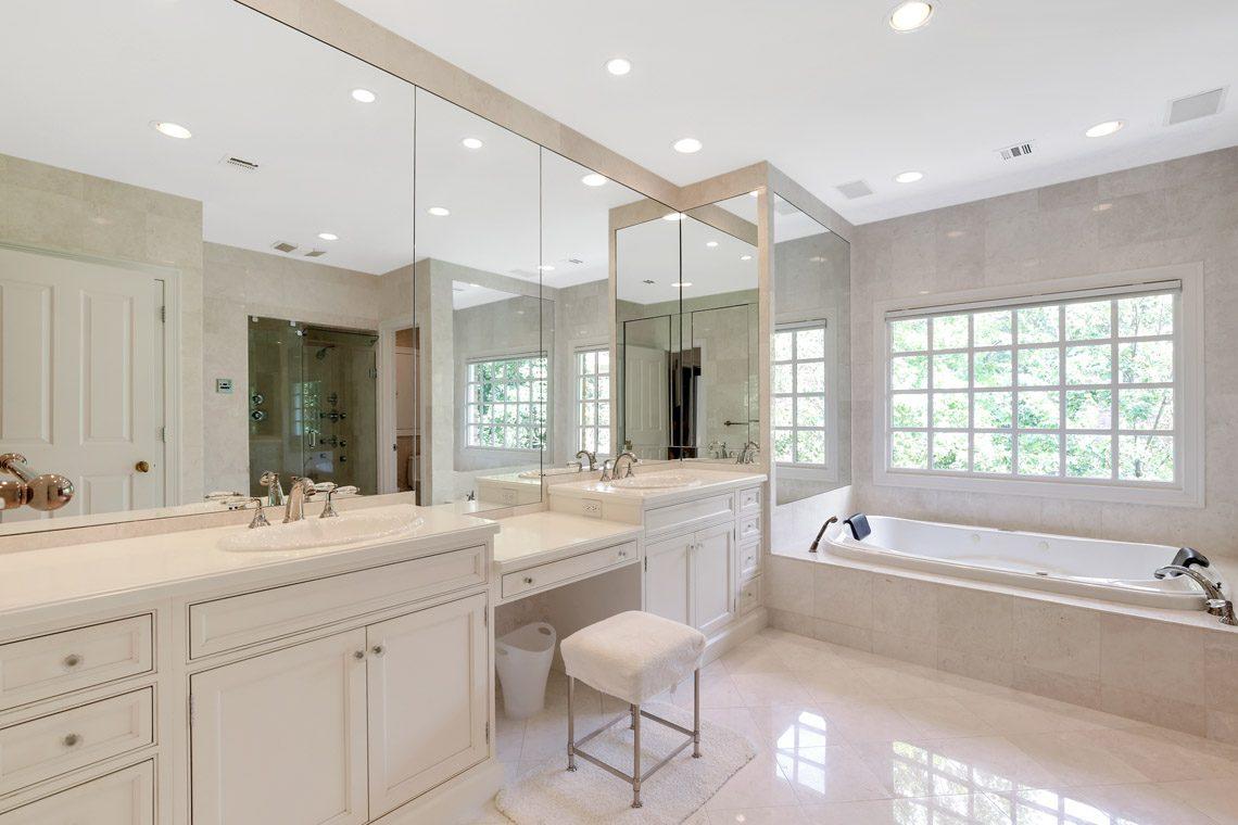 17 – 130 Fairfield Drive – Master Bath