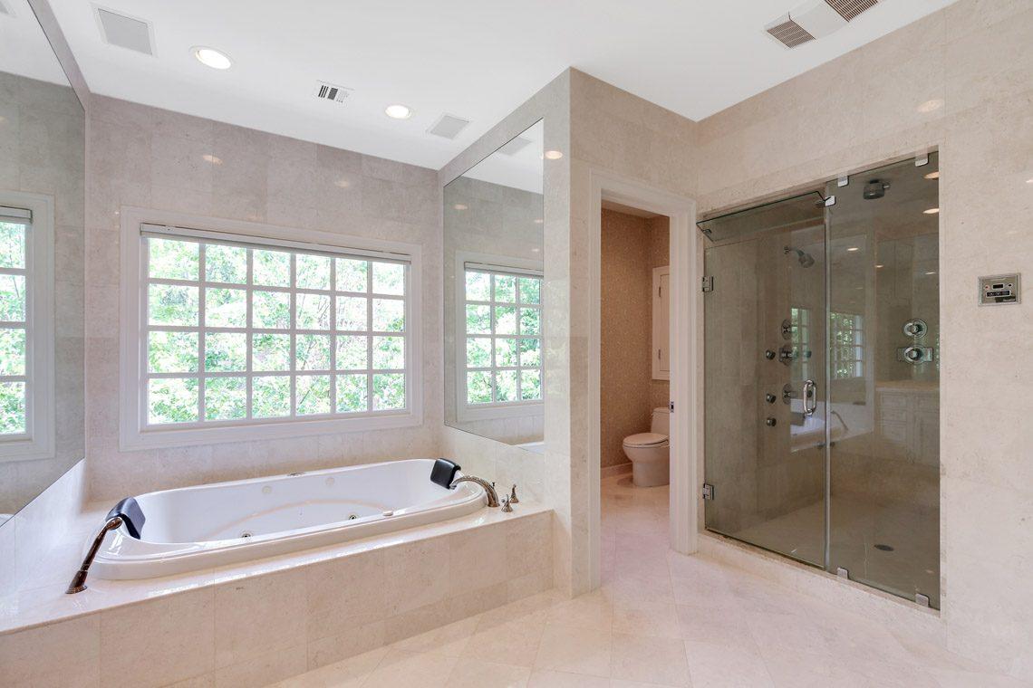 18 – 130 Fairfield Drive – Master Bath