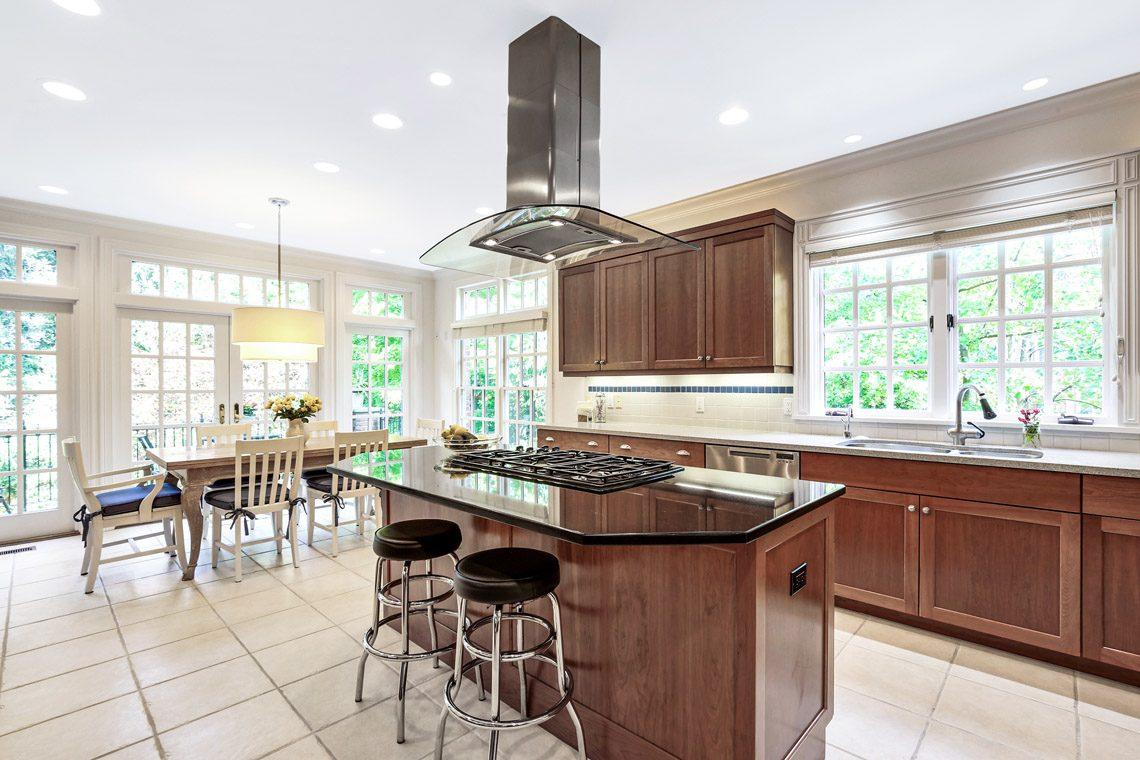 9 – 130 Fairfield Drive – Gourmet Eat-in Kitchen