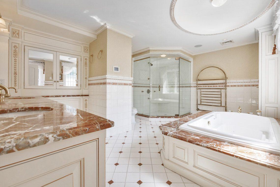 15 – 131 Rensselaer Road – Master Bath