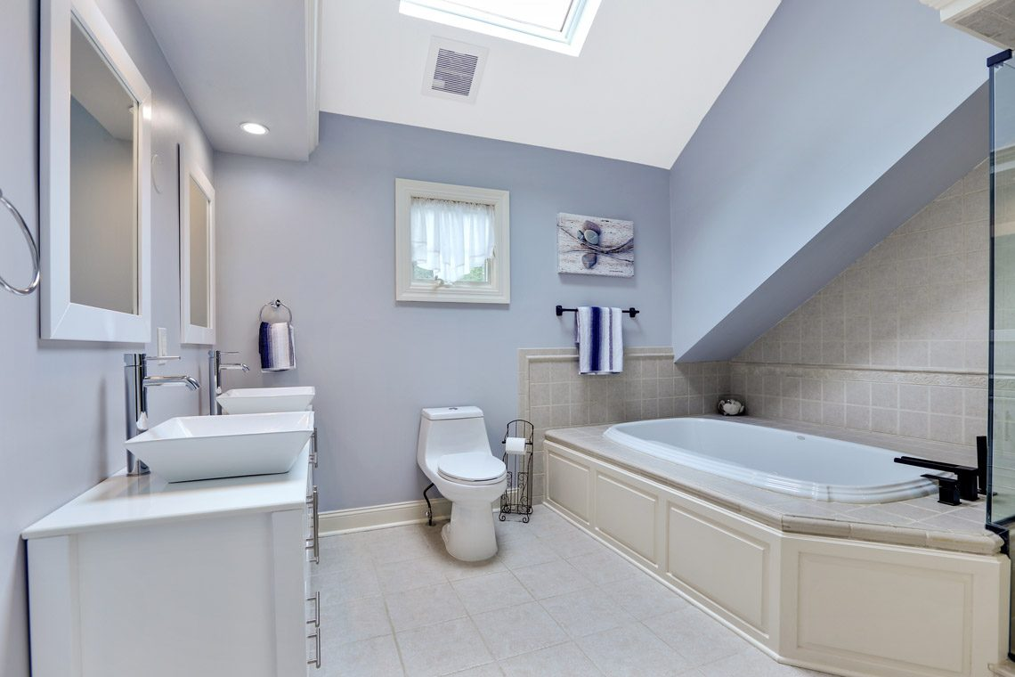 18 – 2 Briarwood Drive – Master Bath