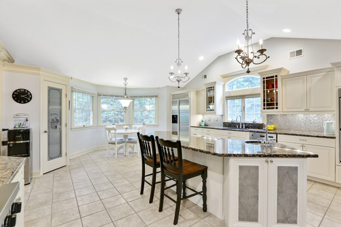 9 – 2 Briarwood Drive – Eat-in Kitchen